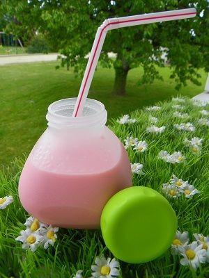 Pour mon Coup de cœur du dimanche une recette de Audrey MA P'TITE CUISINE j'ai juste utilisé un yaourt entier Ingrédients (6 yaourts) 1 litre de lait demi-écrémé 1 yaourt nature 3/4 d'un pot de yaourt de sirop à la fraise Préparation : mettre dans le...
