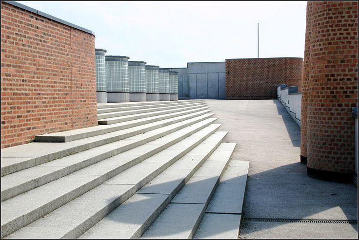 . Grund- und Hauptschule mit Werkrealschule im Scharnhauser Park, Ostfildern -  Das Dach der Sporthalle ist begehbar. Hinter den Oberlichtern befindet sich ein Sportplatz.  Juli 2005 (Matthias)