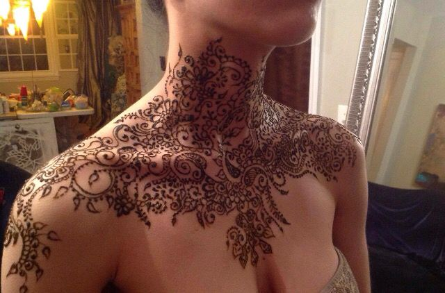 Hayat Gul henna design, henna collar / neck... Incredible design and detail as well as placement! Have to try this