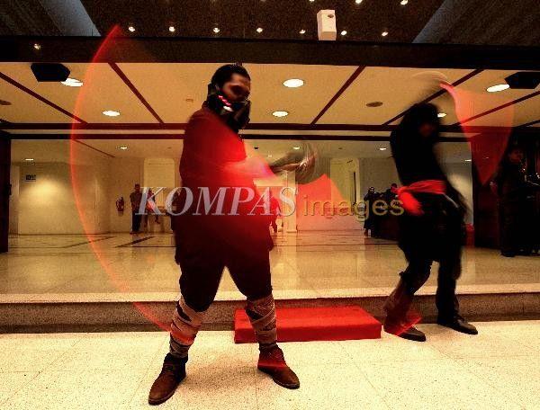 Aksi komunitas cosplay di Balaikota DKI Jakarta, Jumat (10/10/2014). Untuk mewadahi budaya pop generasi muda, Dinas Pariwisata DKI Jakarta menyelenggarakan Jakarta Cosplay Parade pada 2 November mendatang di Silang Monas. Kegiatan yang diikuti 200 cosplayer itu juga sebagai etalase kreatif menghadapi Asean Economic Comunity 2015.