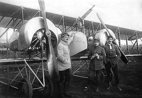 From left to right: Lt Jacques de Tanlay (pilot) - Cne Louis Sassary (pilot and commander of the C 53) - Ltt André Fillon (observer) pose in front of a Caudron G 4 equipped with rotary engines