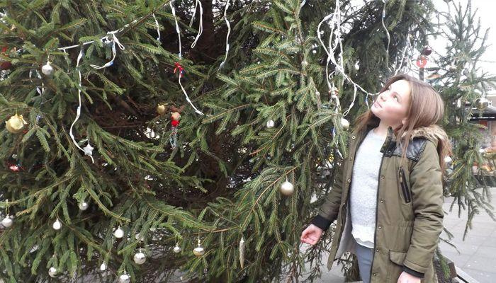 Девочка потратила все карманные деньги на украшение некрасивой елки и вернула городу дух рождества
