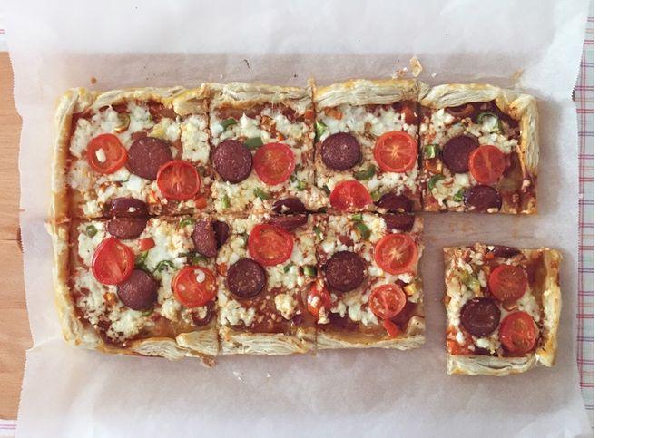 Severek yaptığım ve herkesin bayıla bayıla yediği bir tarif; işte Milföy Pizza. Hem çok pratik hem çok lezzetli, memnuniyet garantili bilgi...