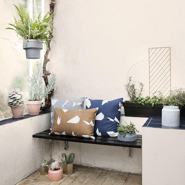 De Ferm Living Plant Hanger plantenbak is een mooi voorbeeld van hoe je je planten op een creatieve manier in je woning kan plaatsen.