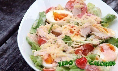 Салат с курицей,яйцом и помидором на 100грамм - 65.77 ккал, Б/Ж/У - 7/3.44/1.66