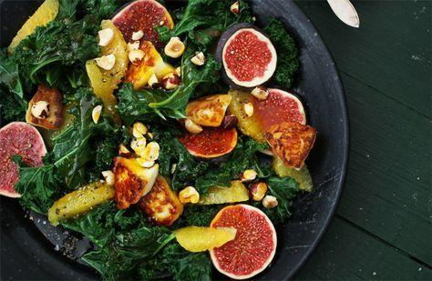 Recept på grönkålssallad med saffransdressig. Krispig grönkål med frasigt stekt halloumi, frukt, nötter och en syrlig dressing med saffran är smaker som passar bra tillsammans.
