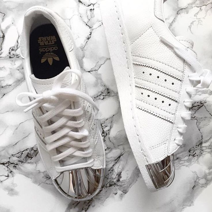 pies de mujer con tenis adidas superstar blanco