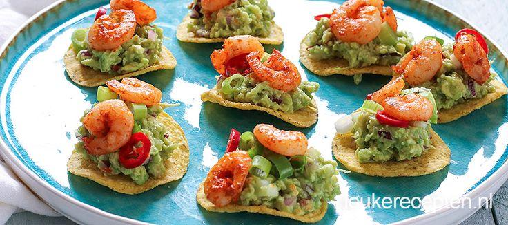 De basis van deze hapjes is nacho chips! Deze zorgen voor een lekkere crunch in combinatie met romige avocado en kruidige garnalen.
