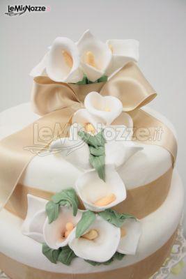http://www.lemienozze.it/gallerie/torte-nuziali-foto/img27762.html Torta nuziale con calle di zucchero e fiocco