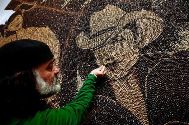 Saimir Strati jedan je od najpoznatijih svjetskih umjetnika iz područja tehnike mozaika ujedno i slikar. http://www.saimirstrati.al/
