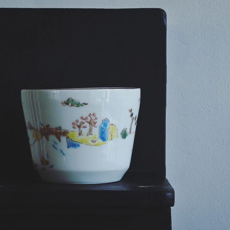 いいね!62件、コメント1件 ― Hiro Haruyamaさん(@kurasustore)のInstagramアカウント: 「川合孝知さんのそばちょこ仕様のカップ。 山水画なのだけど、九谷の上絵具で、一周ぐるりと四季の景色が細かく描かれてる。春は桜、夏は水遊び、秋は紅葉、冬・正月は凧揚げ。一つの作品で四度楽しい。…」
