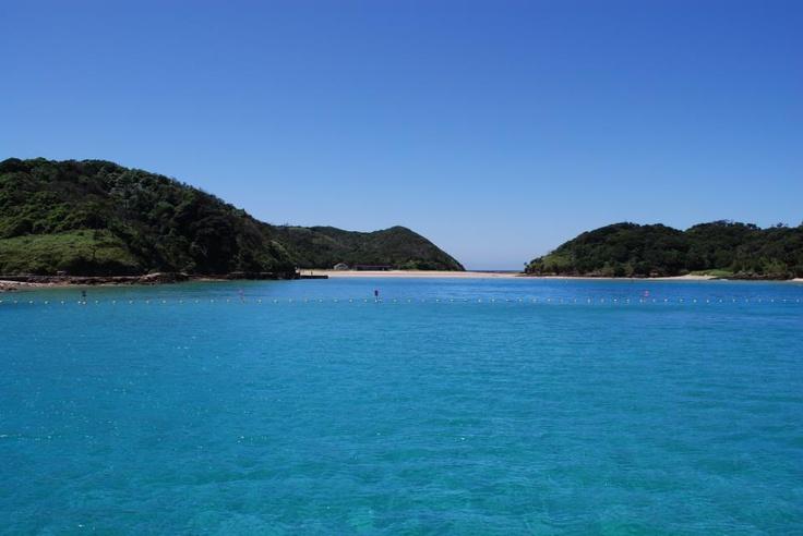 【壱岐島】西海道 Lovers では「西海道の島旅」をおススメするにあたり、その入門編として壱岐島を精力的にご紹介しています。九州旅行の玄関口である福岡の博多埠頭から比較的気軽に渡れる島だからです。壱岐島にはいくつかの旬がありますが、そのひとつは何と言っても夏の海水浴シーズンだと思います!海の家の子供として育った僕にとって、幼少時代に味わった「海水浴の魅力」を今も変わらず伝えてくれる海との出会いはエキサイティング。どうしても高くなってしまうハードルを超えてくれる海との出会いは中々ないのも事実なのですが…壱岐島の海はそんなハードルを楽々超えてしまう、まさに理想的な海水浴スポットだと思います。今年もこの海に帰るべく、すでに夏の計画を練り始めているくらいです♪(´▽`)今年の夏は壱岐島に海水浴に行きませんか?写真は壱岐島の北にある勝本港から船で渡る無人島「辰の島」の海水浴場です。9月終盤までクラゲの心配をせずに海水浴を楽しめることを昨年確認してきました(`_´)ゞ    写真 / 文: 在津吾朗