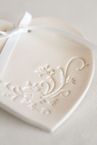 http://atmospheremariages.fr/183-2739-thickbox/coussin-alliance-porcelaine-decoration-mariage.jpg