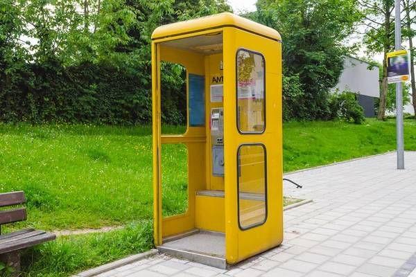 Erinnerungen in einer Telefonzelle | Telefonzelle, Telefon