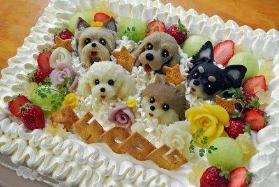 Tarta de cumpleaños decorada con frutas, flores y perritos