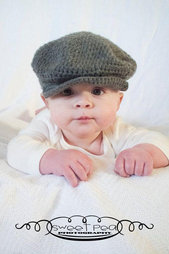 Eine klassische Balloon-Mütze mit Snap Krempe Look - perfekt für spezielle Foto-Sessions oder jeden Tag tragen  Ich hand gehäkelt dieser Zeitungsjunge Krempe Stil Hut mit grauen Acrylgarn. Der Hut ist perfekt für einen kleinen Jungen und hat eine traditionelle Atmosphäre. Dieser Hut erinnert meine meines Großvaters. Dieser Hut wird auf Bestellung gefertigt.  Erhältlich in den Größen 0-6 Monate 6 - 24 Monate 2-7 Jahre  Geben Sie beim Check-out Hutgröße und Farben ***  Verfügbare Farben…