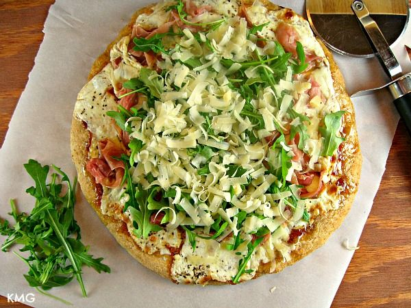 Fig-Prosciutto Pizza {with Honey-Balsamic Drizzle}.....I know it sounds weird, but I want to try it!