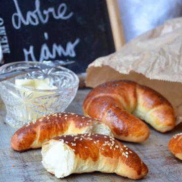 Klasický sladký rohlík - Křupavé sladké pečivo v celé své kráse. Óda na snídani, to je sladký rohlík.