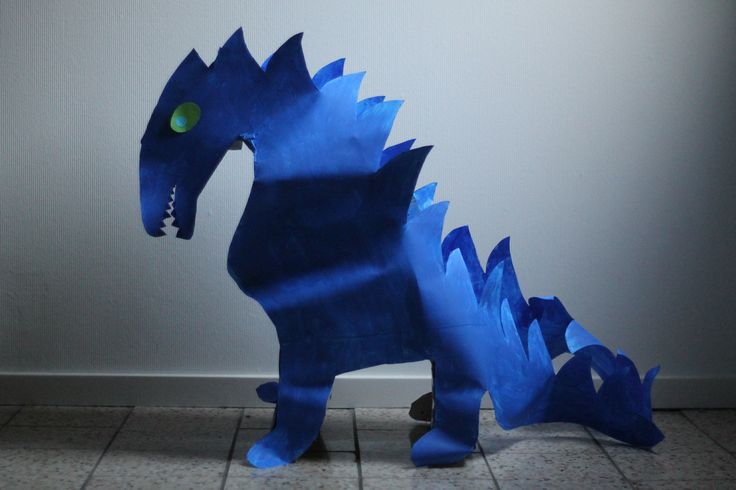 Blauwe draak van OUD karton, papier. Geverfd en geknipt. Met ruimte om traktaties in te vervoeren kind.