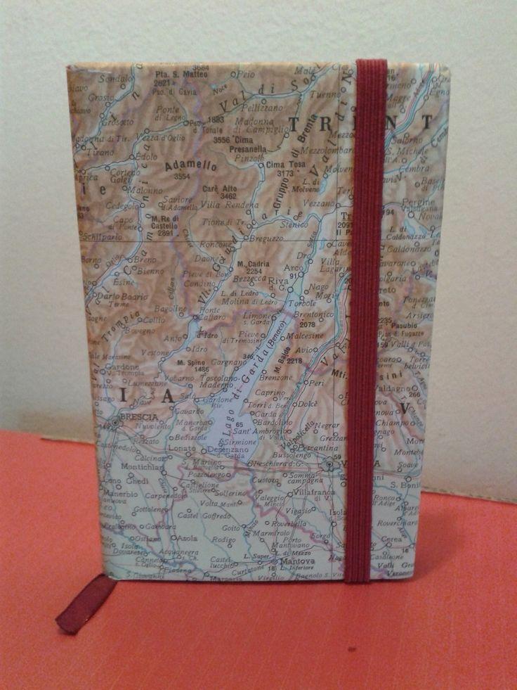 Vecchia agendina e vecchie carte geografiche.