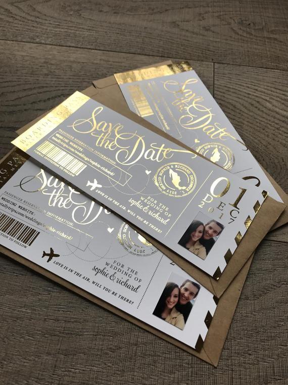 Carte d'embarquement avec photo du couple, à la main foiled enregistrer la date, un mariage ou invitation à l'événement, fait à la main