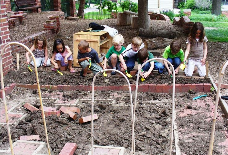 Natural play yard ideas. Let kids dig, construct, imagine without manufactured toys