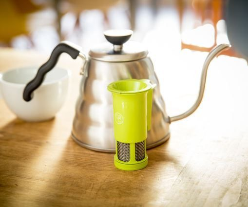 #PriceTalk #프라이스톡 쉽고 빠르게 맛있는 커피를 만들 수 있는 필터 제품인 Coffee Gourmet는 한 번에 한 잔의 커피를 만들 수 있으며, 그 결과물은 훌륭한 맛을 보장한다. 커피의 농도는 필터를 얼마 정도 여느냐에 따라 조절되는 커피 양에 따라 결정된다. 제품은 하부에 위치한 머그컵 안쪽으로 연결되어 있다.   뜨거운 물을 제품 안으로 부으면 필터위에 놓여있던 커피 가루에 섞이며, 이산화탄소가 발생하면서 필터 아래로 통과하지 않고 필터 위쪽에 머무른다. 그 동안 커피 가루가 물에 완전히 녹게 되고, 얼마간 희석된 커피는 제품 내부에 고여 있는 시간을 가지게 된다.     제품 안에서 물 온도는 95~98도를 유지하며, 내부 압력이 증가함에 따라 결국 필터를 통과해 내려온다. 이 과정까지 30~40초가 소요되며, 완성된 커피는 밖으로 나오므로 커피가 너무 과하게 추출되어 쓴 맛이 나지 않게 된다. 이는 커피를 만드는데 사용되는 다른 추출 방식에서 흔히…