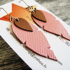 """Boucles d'oreilles """"plumes"""" en cuir rose tendre et bronze metallisé"""