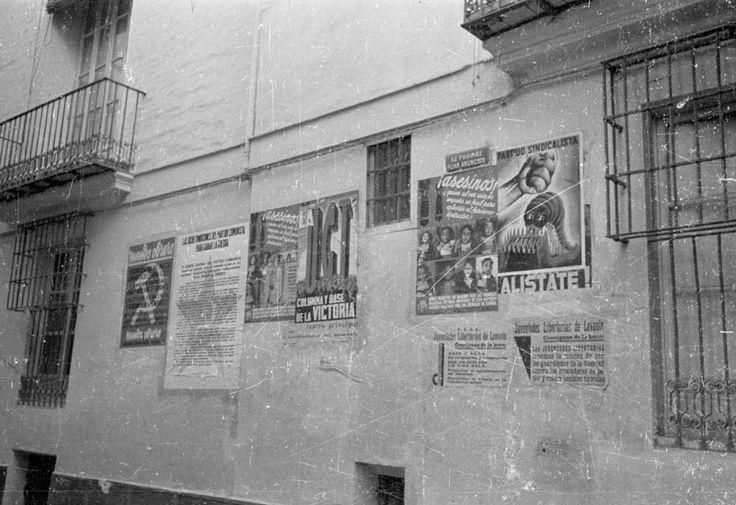 Carteles de Mundo Obrero, UGT, Partido Sindicalista y FAI sobre una pared de Valencia - The European Library