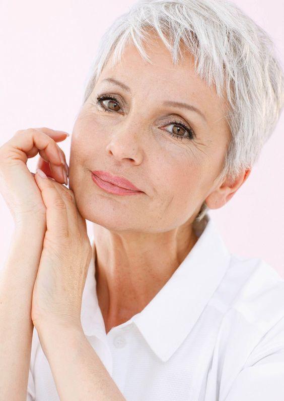 Mooie kapsels voor de wat oudere dames! Bekijk ze snel en laat je verassen door deze 10 prachtige modellen speciaal voor onze oudere volgers
