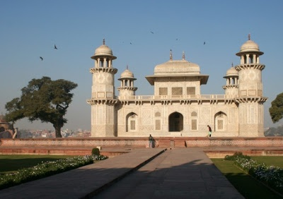 Itmad-Ud-Daulah's walls are made in white marble from Rajasthan, and the walls are covered with semi-precious stone decorations - Onyx, Cornelian, Jasper, Lapis Lazuli and Topaz in wonderful patterns and images of flowers, trees and other decors like fruit or vases containing flower arrangements
