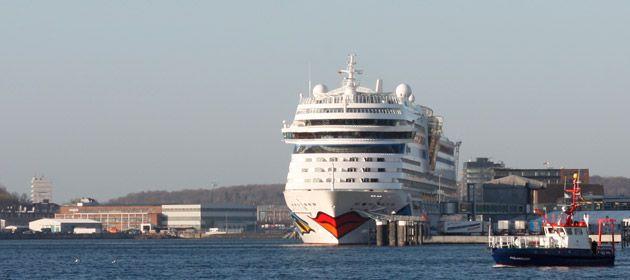 Die AIDAcara verlässt Kiel vom Ostseekai aus. Port Parking bietet Parkplätze, von denen Sie die AIDAcara fußläufig in wenigen Minuten erreichen.