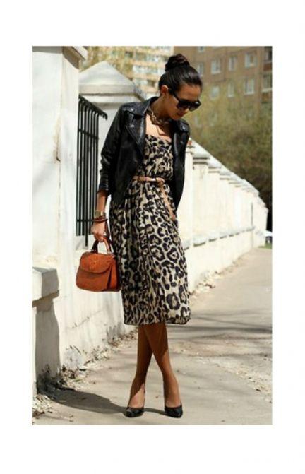 Леопардовое платье может быть элегантным - в сочетании с черной кожаной курточкой (и черной обувью), а также коричневой сумочкой.