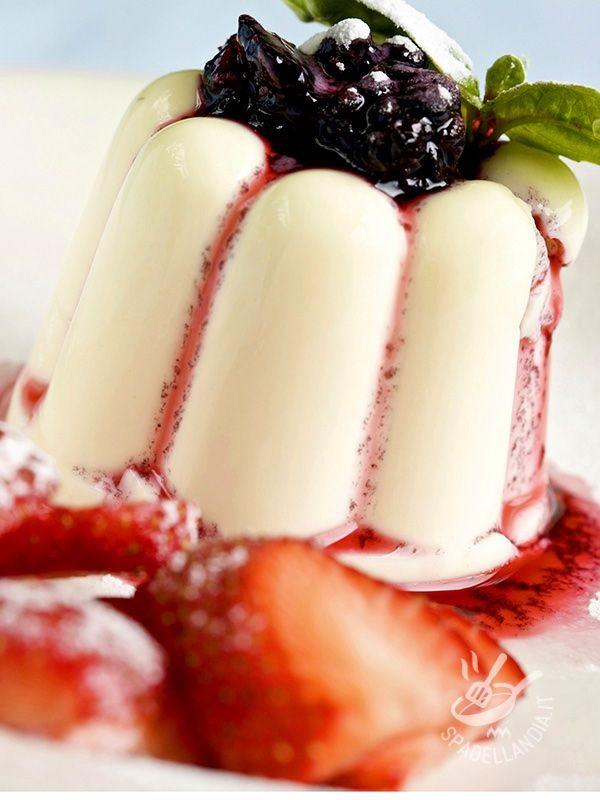Panna cotta with blackberry sauce - Come non andare matti per la Panna cotta con salsa di more? Impossibile resistere alla tentazione del dolce al cucchiaio più buono che c'è! #pannacottaallemore