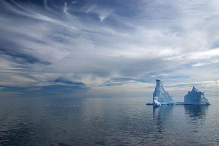 Hurtigruten Groenland 11 août : escale à Qeqertarsuaq, sur l'île de Disko | en route en longeant  vers l'est la côte sud de l'île de Disko  - belle lumière sur icebergs  - 11 août 2007   à  17H18 © Paul Kerrien https://hurtigrten.en-photo.fr