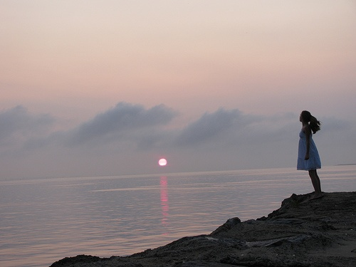 Ci Sarai        Ci sarai sempre    nella mia poesia e nei miei giorni      ci sarà sempre    quel pezzetto di te    che porto testardo   nei miei sospiri intensi    o quando l'aurora e l'alba    si litigano i miei pensieri        Ci sarai  nei giorni tosti    e in quelli frivoli    in cui crederò finalmente    di averti dimenticato        Ci sarai ancora    quando arriverà inaspettato    un tuo messaggio impertinente      e ci sarai    ogni notte    che non riuscirò a dormire    ricordando…