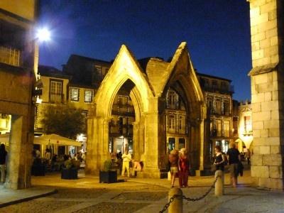 Il Portogallo nacque a Guimarăes  Via Viaggi LowCost |28/11/2012  L'ho trovata piena di fascino questa città nel nord del Portogallo, regione del Minho.   La città ha un cuore medievale tutelato dall'UNESCO come patrimonio dell'umanità, in parte racchiuso da un' imponente cinta di mura; qui non domina  il barocco così caratterizzante per il Portogallo, troverete uno stile più antico, bellissime piazze come Praça do S. Tiago, molto vivace e piena di tavolini degli  affollati locali…