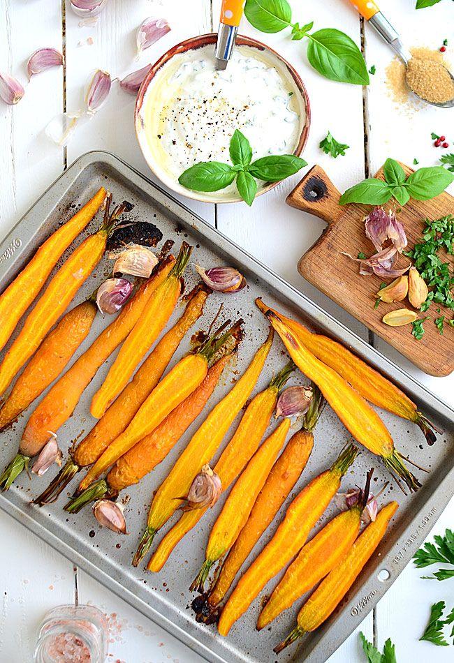 Pieczona (podwójnie) marchewka z ziołowym dipem jogurtowym - po prostu najlepsza na świecie - MniamMniam.pl