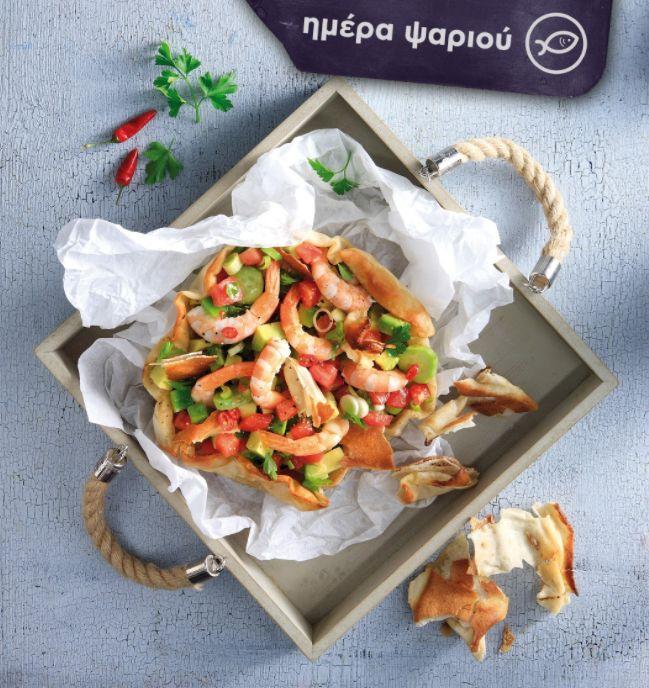 Καλοκαίρι σημαίνει θαλασσινά! Μαγείρεψε χρωματιστή, δροσερή σαλάτα με γαρίδες, ντομάτα, αγγούρι και τραγανές αραβικές πίτες.