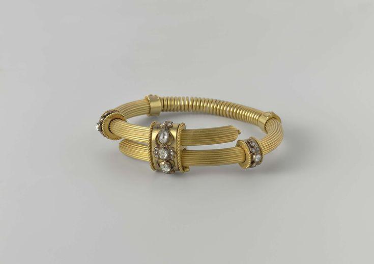 Willem Andries Bogers | Armband, Willem Andries Bogers, c. 1881 - c. 1892 | Armband van goud met diamanten. De armband bestaat uit een geribde band die bij de uiteinden bijeen wordt gehouden door een grote ring en voorts wordt omgeven door een aantal kleinere ringen. De drie grootste ringen zijn versierd met met diamanten bezette bloemmotieven. Een opvallend aspect is dat de band wordt onderbroken door een veer, waardoor de wijdte flexibel is.