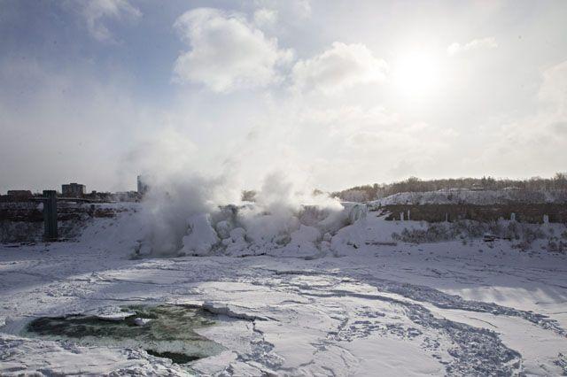 Fotostrecken - Wetter Bilder und Fotos - WetterOnline Die Niagarafälle befinden sich an der Grenze zwischen dem US-amerikanischen Bundesstaat New York und der kanadischen Provinz Ontario. Hier ein Blick auf die besonders stark mit Eis bedeckte amerikanische Seite. Bild: dpa