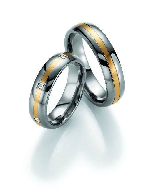 Tässä sormuksessa yhdistyvät tyylikkäästi titaani ja punakulta. Jokainen yksityiskohta on taidokkaasti viimeistelty ja käytännöllisyys on huomioitu myös timanttisormuksessa.