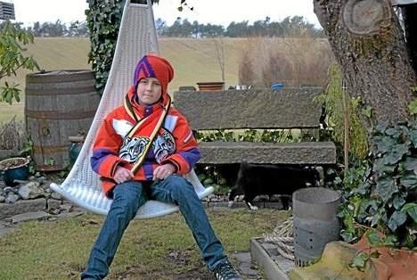 Så fick 11-årige Kevin Persson äntligen åka på sin sedan ett år uppskjutna vintersemester till Norrland. Första dagen på sportlovet, tillika Kevins födelsedag, lyfte flyget mot Luleå. Där väntade snödjur, skoterfärd och möte med stadens hockeyspelare.    Resan bekostades av tekniska kontoret och Lions i Luleå samt Lions i Lödde.