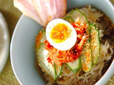 素麺はもちろん、韓国風の冷麺やフォー、冷製パスタなど、冷たくておいしい麺料理を一挙ご紹介。どれも暑い夏に食欲をそそるレシピです。スープや具材のヒントにもどうぞ。
