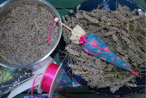 La saison de la lavande se termine.... Les fleurs séchées vont finir en sachets et ombrelles de tissu provençal. Avec un pic à brochette et une perle, qu'est ce que l'on arrive à faire ! J'ai fait quelques broderies à la machine à coudre... Quant j'ai...