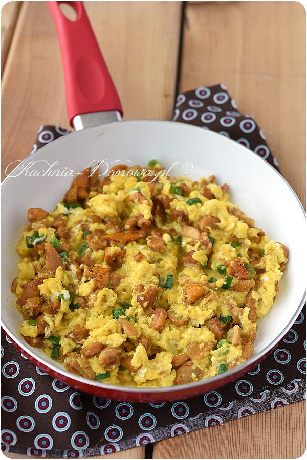 Jajecznica z kurkami - Aromatyczna jajecznica z kurkami na maśle i ze szczypiorkiem. To proste i sycące śniadanie.