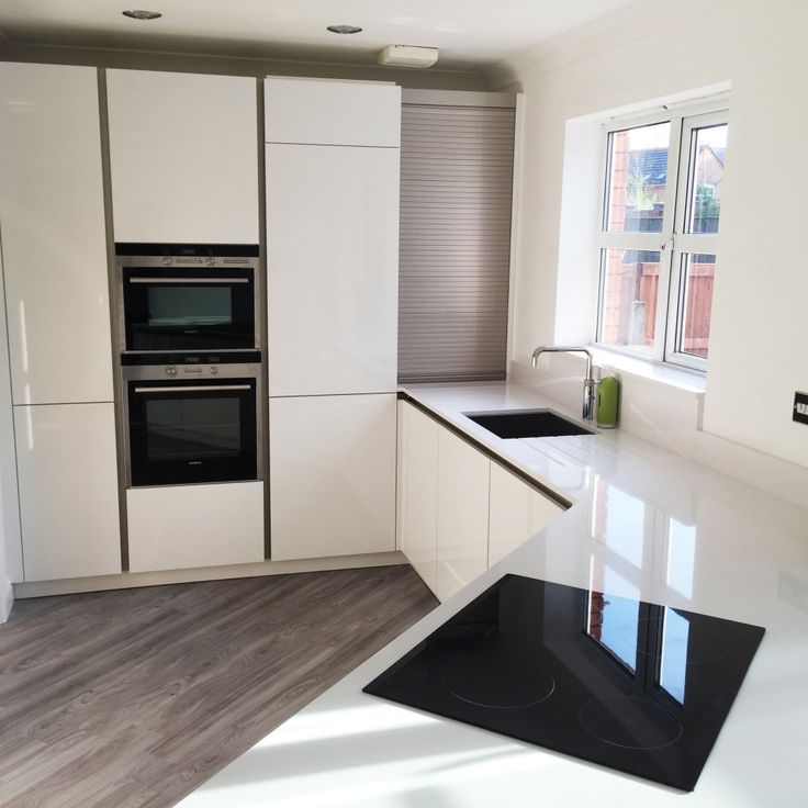 White gloss german schuller kitchen with white silestone work surfaces #Silestone #BlancoZeus