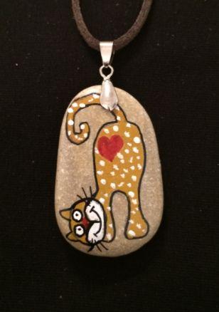 Kedileri herkes sever ! Kedi figürlü taş boyama kolye.