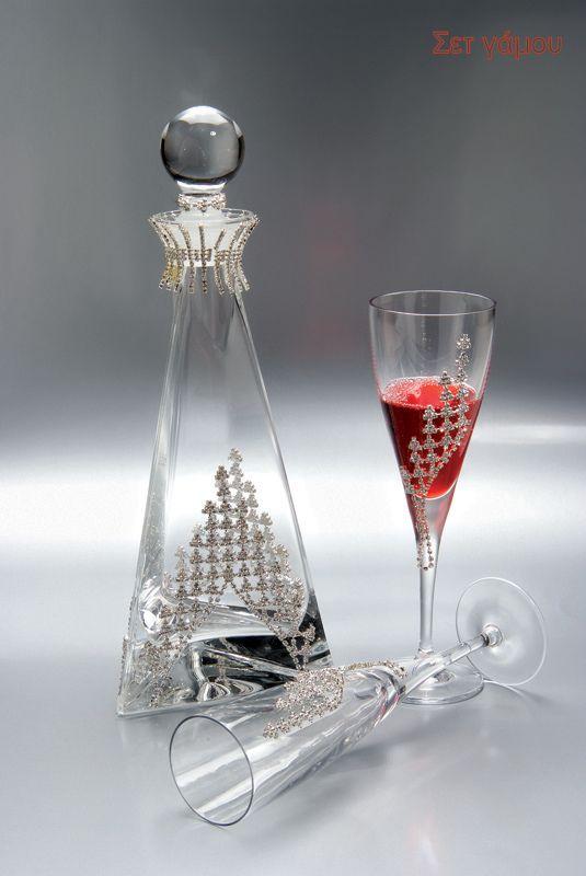 Σετ τριών ποτηριών και καράφα ιταλικής καταγωγής από κρύσταλλο υψηλής ποιότητας, με λαμπερές λεπτομέρειες.