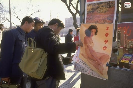 A day leading up to Chinese New Year 1988. A shop in Wuhan was crowded by television buyers. #chinesenewyear #calendar